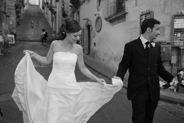 sposi a passeggio per caltagirone