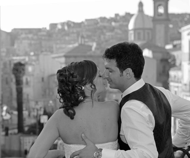 ritratto sposi a passeggio per caltagirone