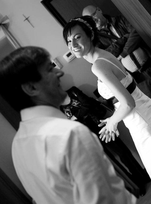 sposa e padre preparazione sposa peschiera Borromeo, fotografo di matrimonio milano