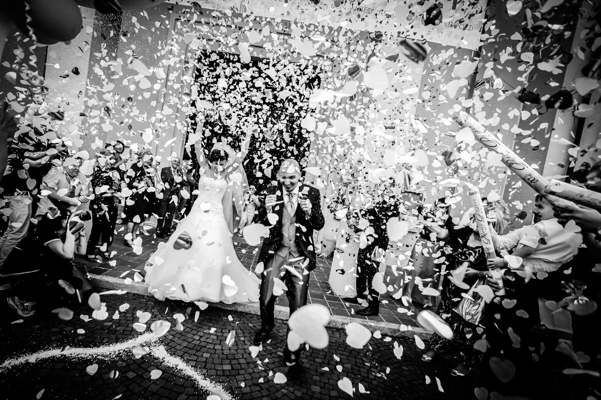 Fotografo matrimonio milano, foto di uscita dalla chiesa con coriandoli, costo fotografo matrimonio