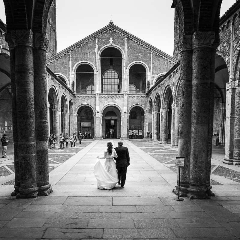 foto di matrimonio ingresso della sposa nella basilica di sant Ambrogio