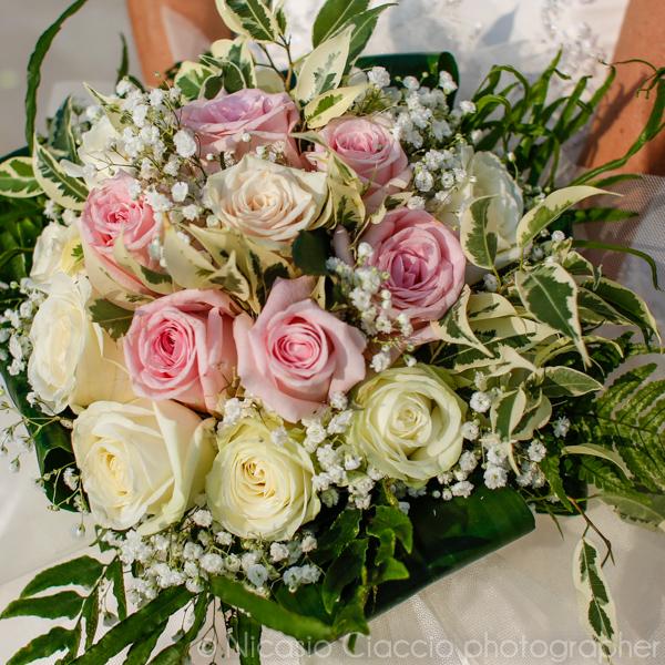 bouquet sposa rose bianca e rosa