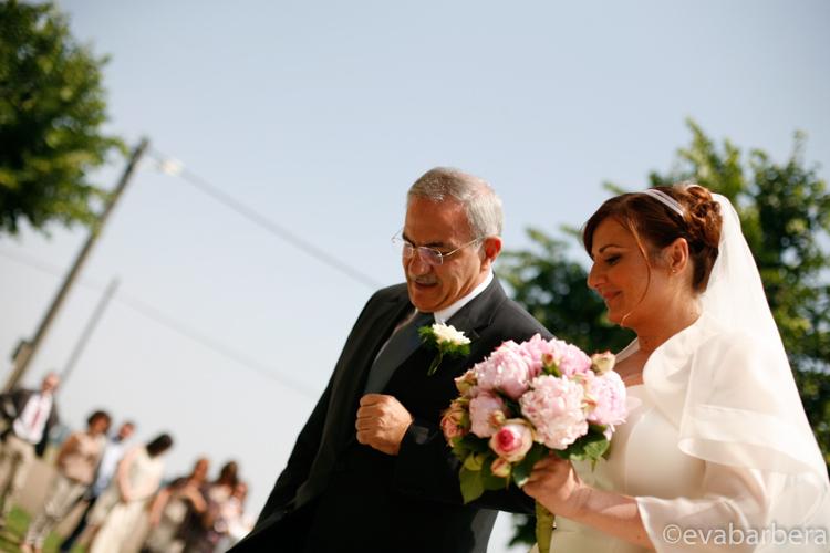 sposa con padre verso l'altare