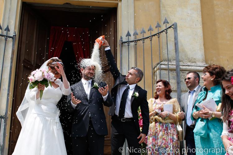 amico lancio del riso sullo sposo