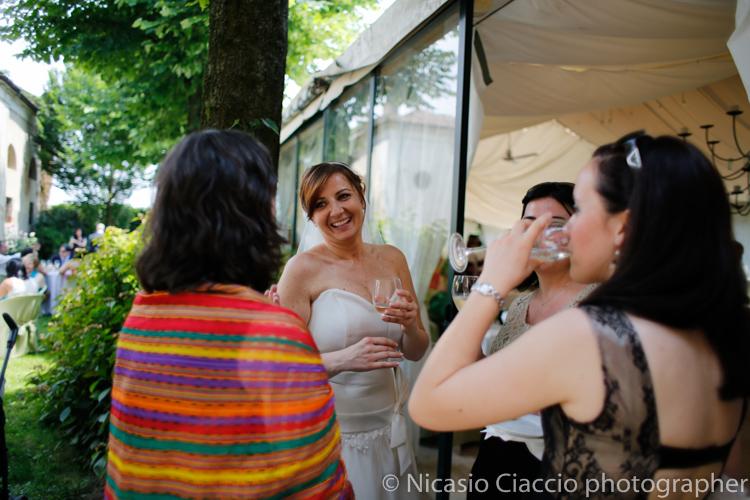 invitati che brindano con la sposa Foto Matrimonio Villa Calciati