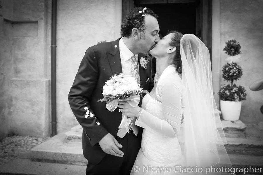 bacio sposi fuori dalla chiesa fotografo matrimonio saronno