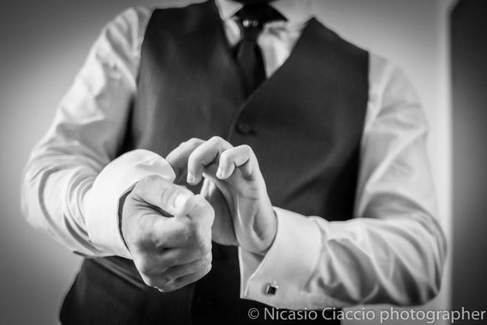Foto sposo che si mette i gemelli