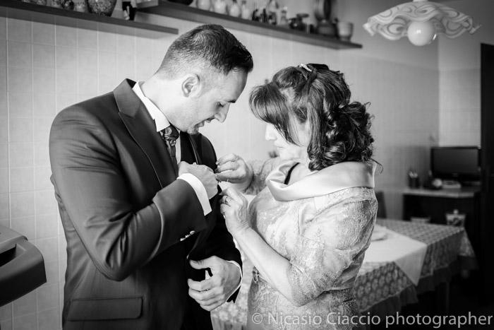 Mamma dello sposo mette fiore all'occhiello