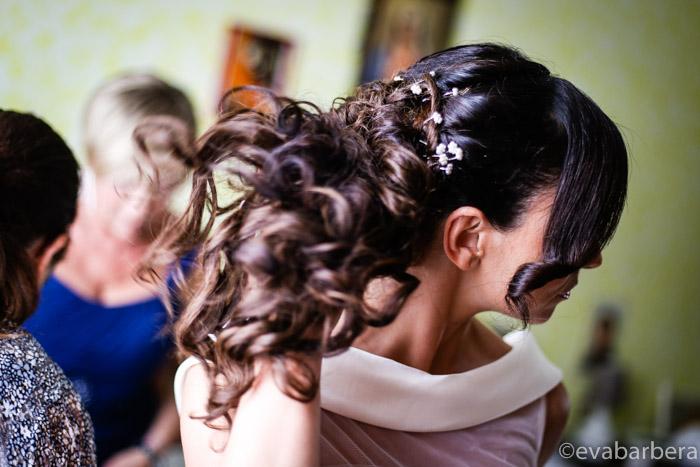 sposa che si sistema i capelli