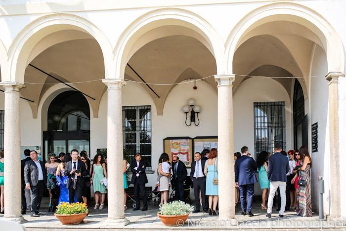 invitati sotto gli archi - Reportage di matrimonio tra Corbetta e Gaggiano
