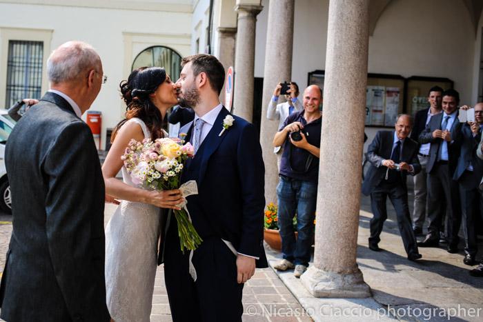 bacio sposi all'arrivo
