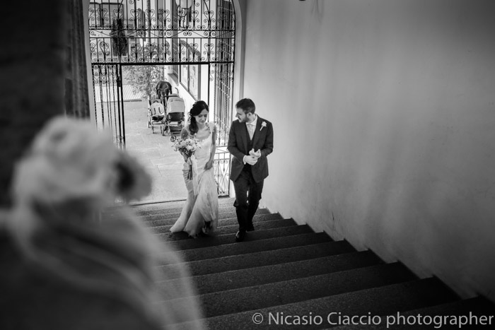 ingresso su scale sposi, foto in BN