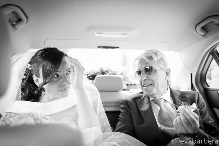 sposa in auto con il padre mentre va in chiesa Foto matrimonio Fortezza Viscontea, fotografo milano