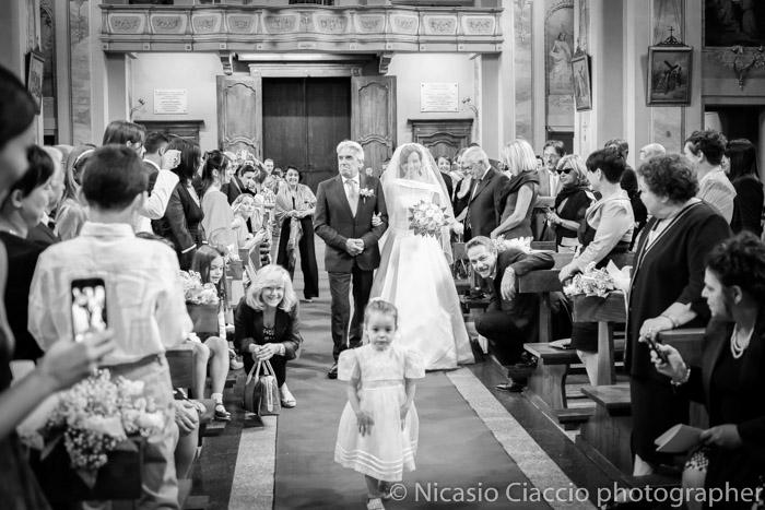 sposa accompagnata dal padre in chiesa di SS. Giacomo e Filippo di Cornaredo