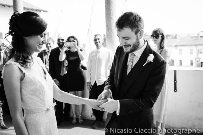 scambio degli anelli - Sposi durante cerimonia Reportage di matrimonio