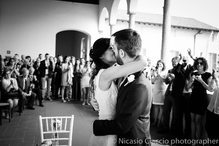 Bacio Sposi durante cerimonia Reportage di matrimonio
