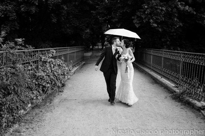 sposi sotto l'ombrello