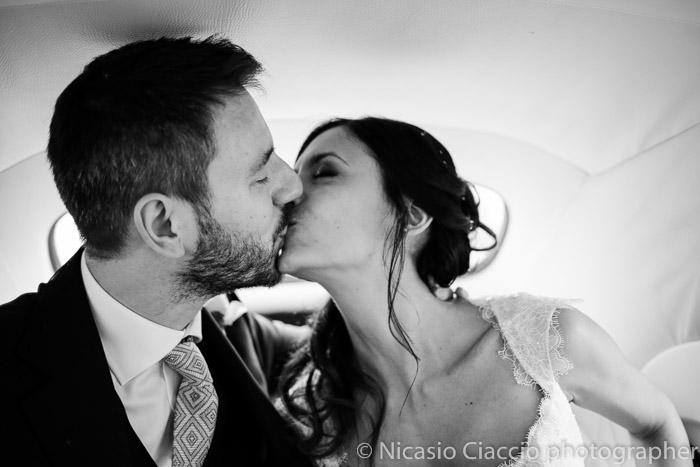 bacio sposi auto