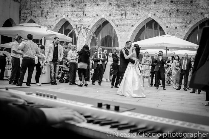 Foto amllo sposi matrimonio Fortezza Viscontea, fotografo milano