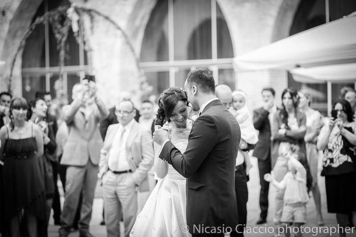 romantico ballo iniziale durante Reportage di matrimonio Fortezza Viscontea