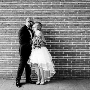 ritratto sposi durante bacio matrimonio a Milano