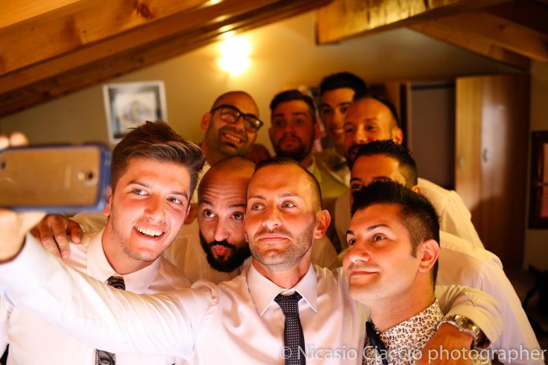 foto di gruppo durante preparazione sposo