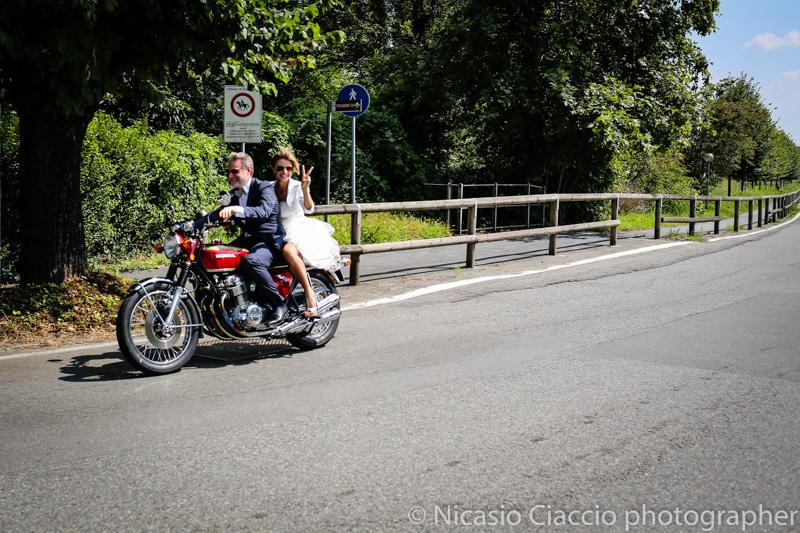 Arrivo sposa in moto, fotografo matrimonio milano