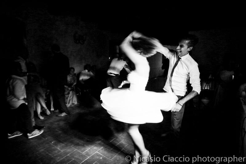 danze finali sposa presso Antico Borgo della Certosa. fotografo matrimonio pavia