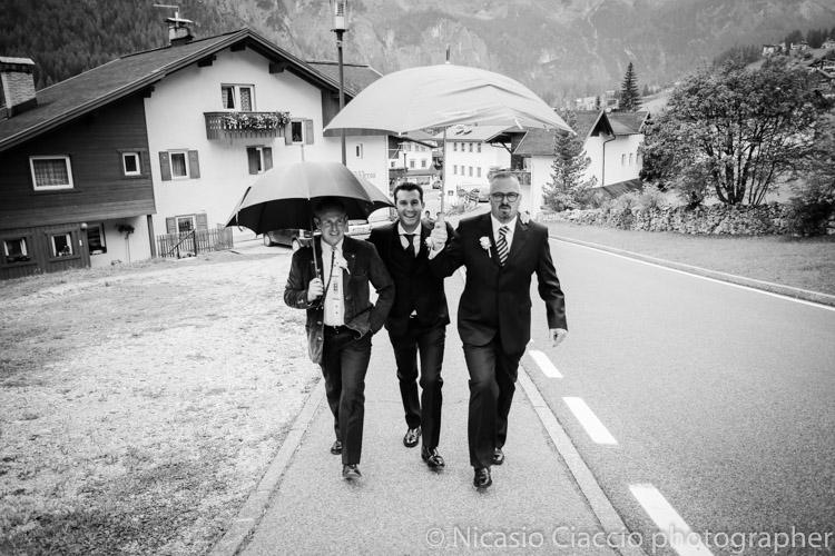 Matrimonio e se piove? sposo con ombrello, arrivo sotto la pioggia, alta badia, Colfosco. Matrimonio sotto la pioggia