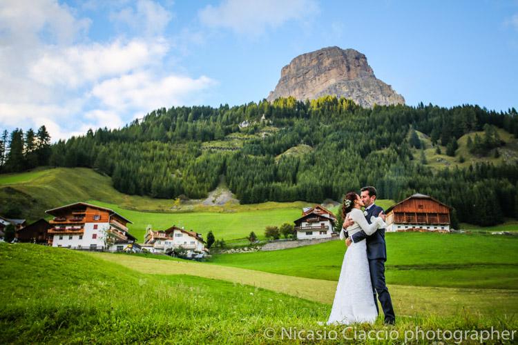 bacio sposi Matrimonio in trentino tra le dolomiti