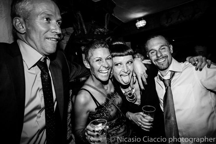 Amici si divertono durente matrimonio Alta Val Badia - Fotografo reportage di matrimonio Trentino
