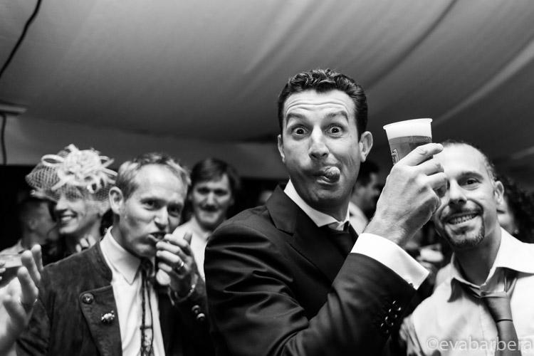 foto divertente sposo matrimonio in alta val badia