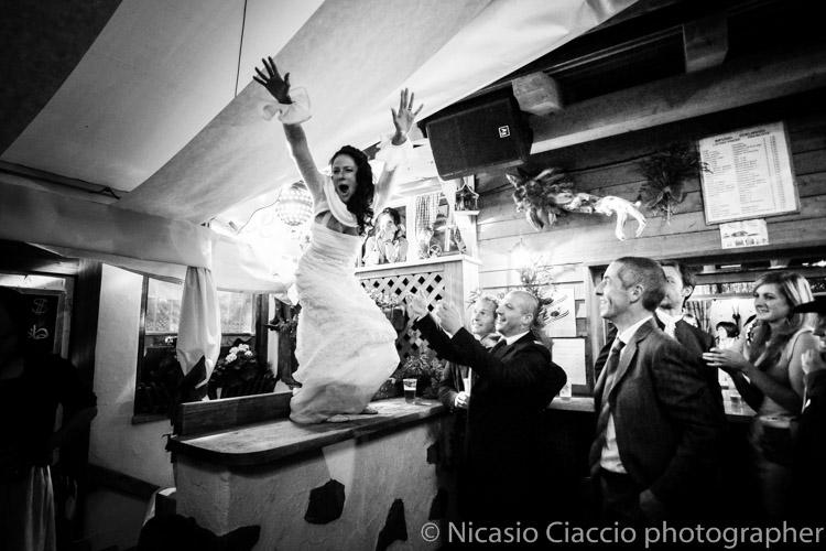 sposa balla sui tavoli Reportage di matrimonio Alta Val Badia - Fotografo Trentino