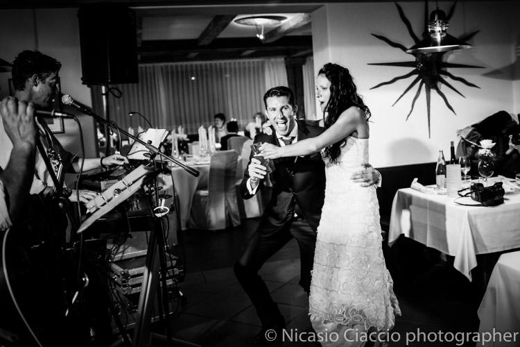 sposi ballano durante ricevimento matrimonio in trentino