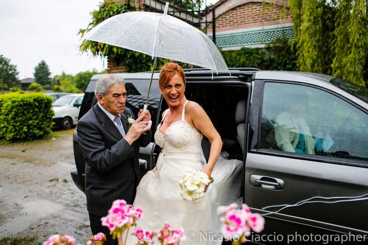 Matrimonio e se piove? Sposa con ombrello trasparente, arrivo sotto la pioggia