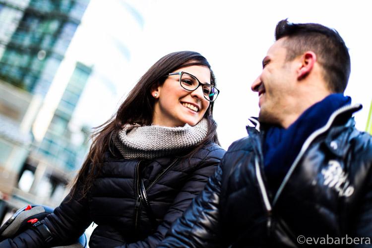 ritratto fotografia coppia di innamorati Piazza Gae Aulenti Milano