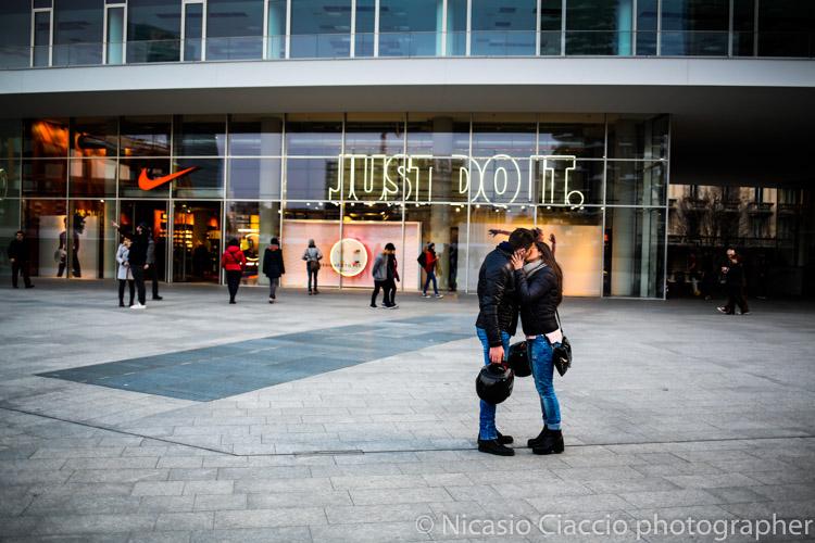 Just di It - coppia di innamorati piazza Gae Aulenti di milano - Fotografia di Nicasio Ciaccio