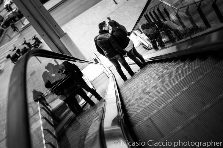 bacio fotografia coppia di innamorati scale mobili piazza Gae Aulenti di milano