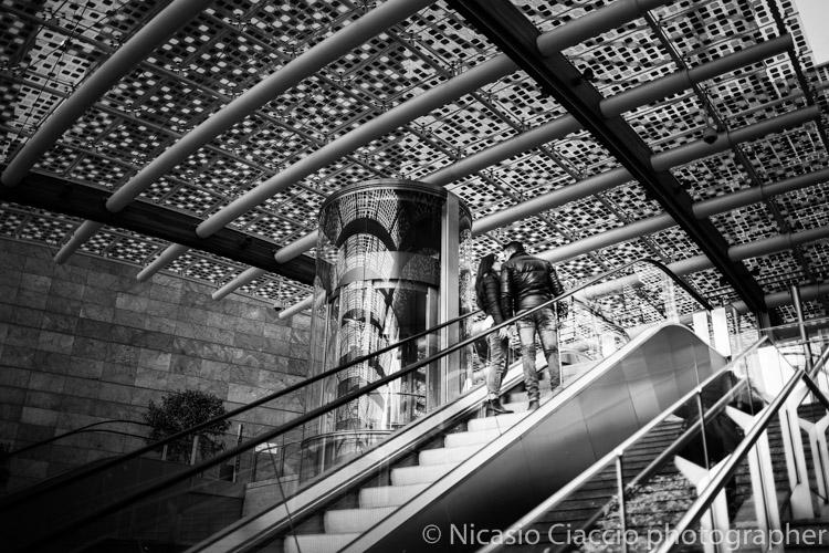 fotografia coppia di innamorati scale mobili piazza Gae Aulenti di milano
