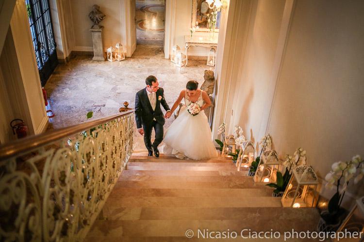 foto matrimonio villa acquaroli sposi salgono scala