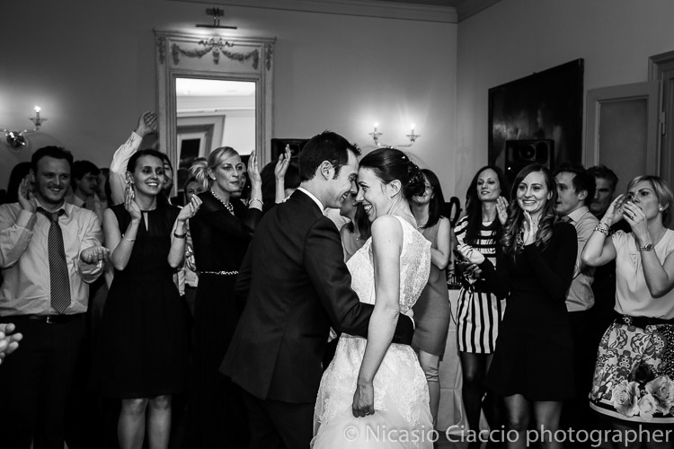 Foto Matrimonio Villa Acquaroli sposi ballano foto in bianco e nero