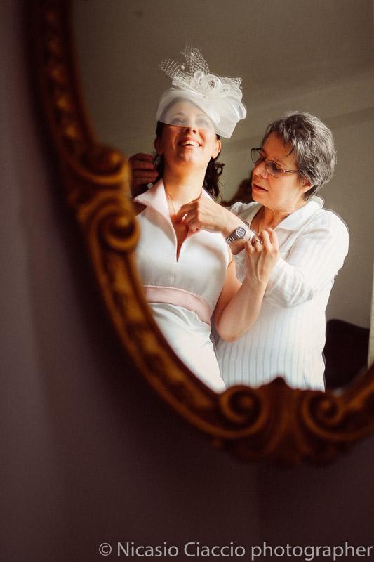 foto dettaglio riflesso sposa durante la preparazione matrimonio-Milano-003