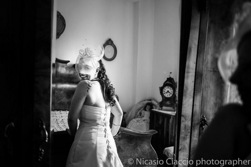 foto sposa che si guarda allo specchio-matrimonio-Milano-004