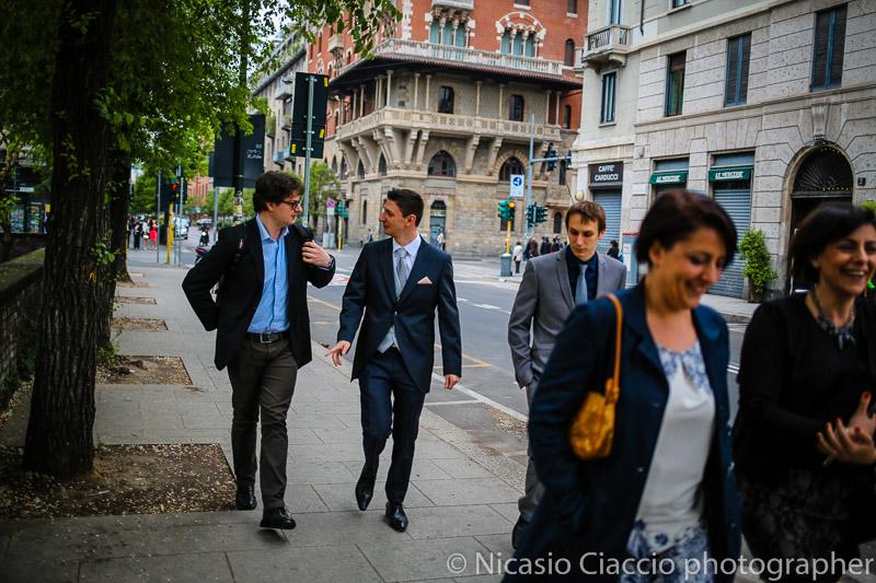 foto sposo per le strade di milano che si reca alla basilica di Sant'Ambrogio-matrimonio-Milano