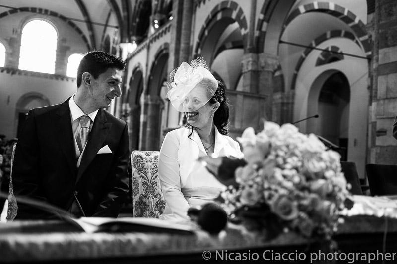foto sorrisi sposi all'interno della basilica di sant'ambrogio-matrimonio-Milano-011
