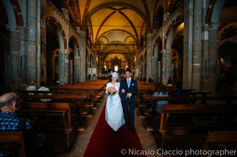 foto uscita sposi dalla basilica di sant Ambrogio-matrimonio-Milano-013