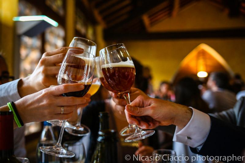 foto dettaglio brindisi sposi con birre del birrificio La Morisina matrimonio-Milano-019