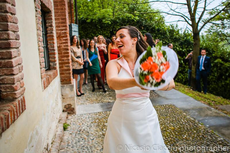 foto sposa che lancia il bouquet matrimonio-Milano