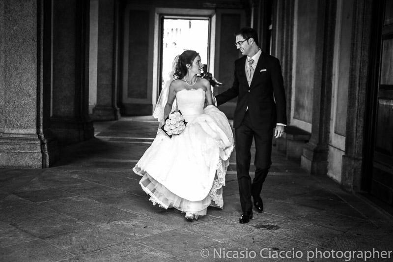 matrimonio-Milano-Sposi percorrono i portici del Palazzo Reale di Milano