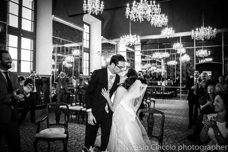 Bacio sposi sala degli specchi di milano matrimonio a milano